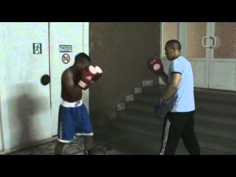 Работа на лапах при занятиях боксом