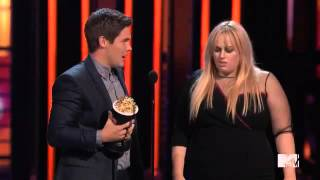 REBEL WILSON E ADAM DEVINE GANHAM BEST KISS