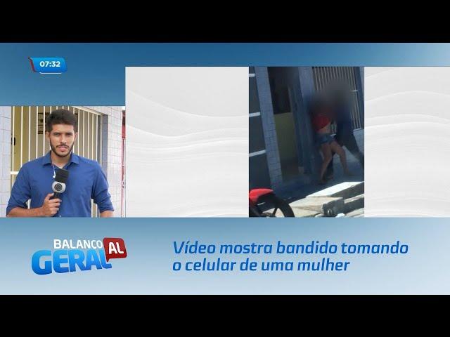 Vídeo mostra bandido tomando o celular de uma mulher no bairro do Feitosa