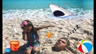 Julia e Papai Estão se Divertindo na Praia e Aparece um Tubarão na Praia★  Kids, video for Children