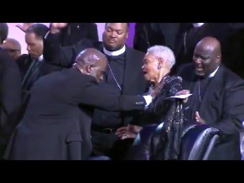 Bebe Winans Laying Hands On His Mother Mom Winans Praise Break 2017!
