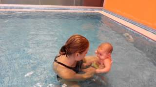 Грудничковое плавание с тренером. Дочке три месяца.