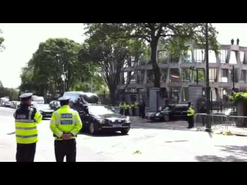 President Obama's car gets stuck at Dublin US Embassy