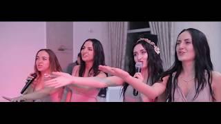 Подружки на свадьбе поют для жениха и невесты