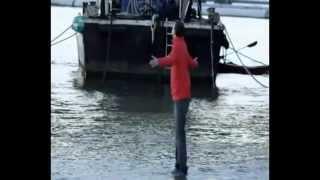 Он ходит по воде.