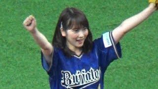 アイドル歌手グループ・AKB48卒業メンバーの川栄李奈さんが、始球式に登...