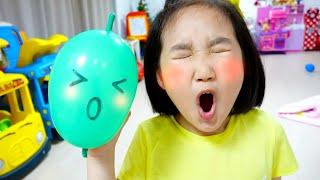 Boram fait de la boue avec des ballons colorés colorés.