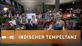 Sarah Gasser performt einen indischen Tempeltanz
