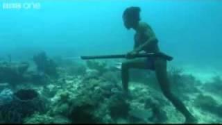 Indígena pescando a buceo libre