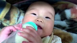 母乳だけだと足りなくなってきたから ミルクをゴクゴク(>ω)