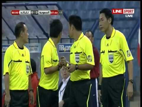 Bongdaso   Bóng đá số   Tin tức bình luận   Cầu thủ Thái Lan và Ả Rập Saudi  đấu võ  trên sân bóng
