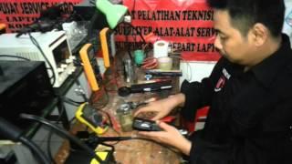 Trik membuka casing baterai laptop
