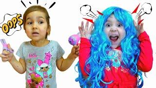 Алиса играет в салон красоты, делает причёски и красит волосы