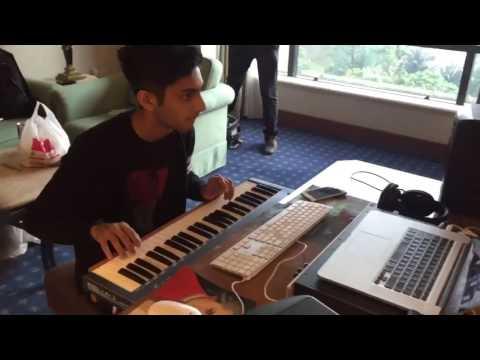 Anirudh Playing PakkamVanthu from Kaththi