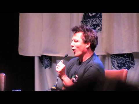 DragonCon John Barrowman prank on Stephen Amell while he was tied up Arrow
