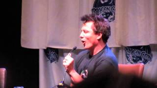 DragonCon John Barrowman prank on Stephen Amell while he was tied up Arrow