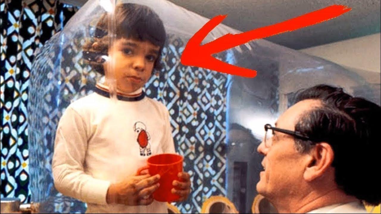 هذا الطفل يعيش داخل بالون منذ ولادته.. وإذا خرج منه سيموت فوراً !!