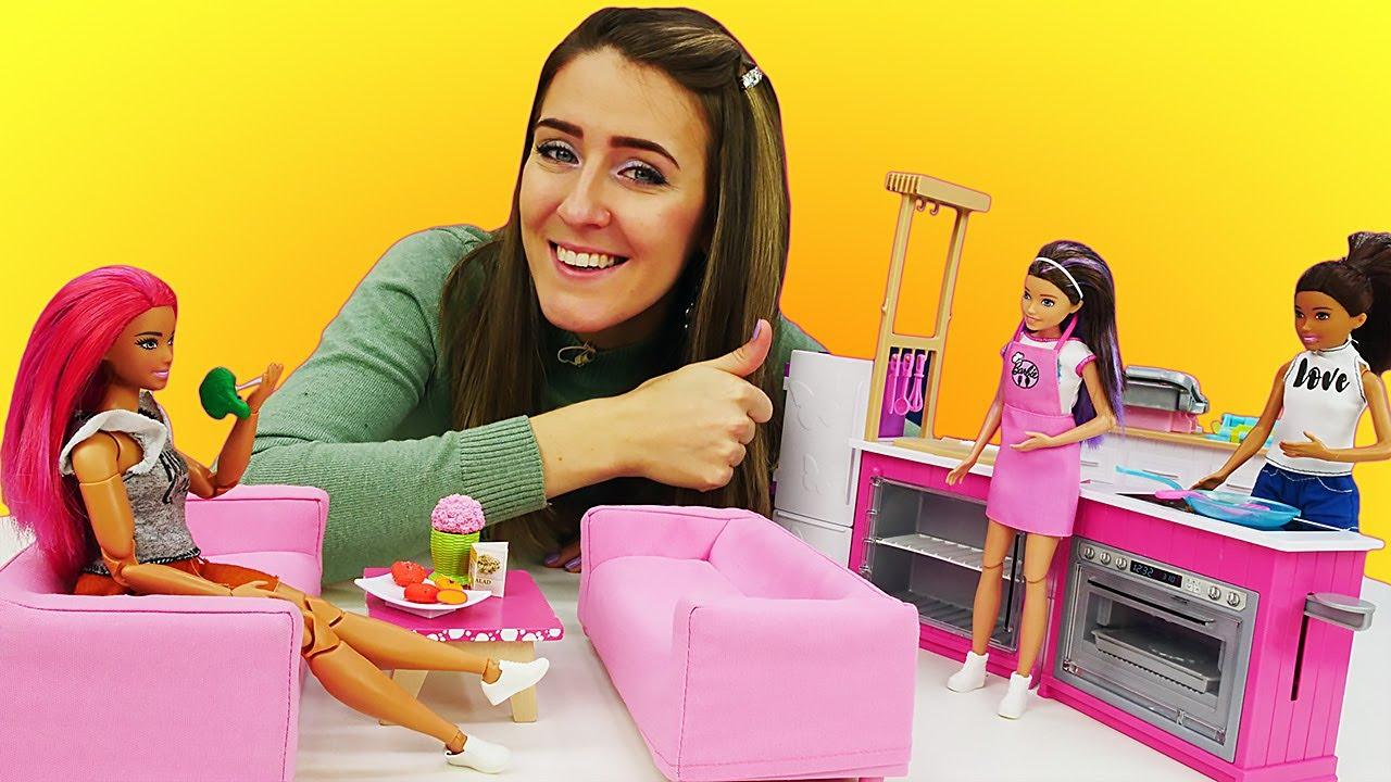 Chelsea abre una cafetería. Vídeos de Barbie y Chelsea en español. Juguetes para niñas