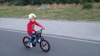 Как научить ребенка кататься на двух колесном велосипеде(На роликах гораздо легче контролировать движения ребенка. Все спокойно, уверенно, где надо я подсказываю,..., 2016-05-19T16:58:15.000Z)