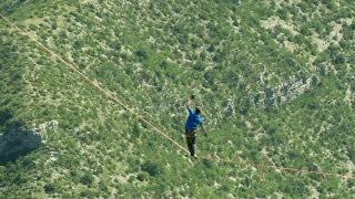 Il ne faut pas avoir le vertige. Ces funambules veulent parcourir 1680 mètres au-dessus du vide