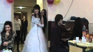 пою для мужа на своей свадьбе.