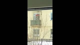 В Пензе пенсионер-инвалид поднимается в квартиру с помощью лебедки