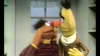 Bert en Ernie - Ernie heeft een banaan in zijn oor
