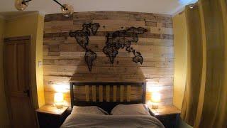Drewniana ściana z palet -  ciepła dekoracja sypialni