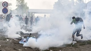 Hungarian police fire tear gas at migrants on border