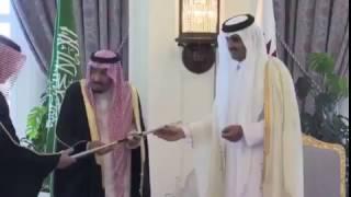 بالفيديو.. خادم الحرمين يطالب بوضع سيف مؤسس قطر في الدرعية