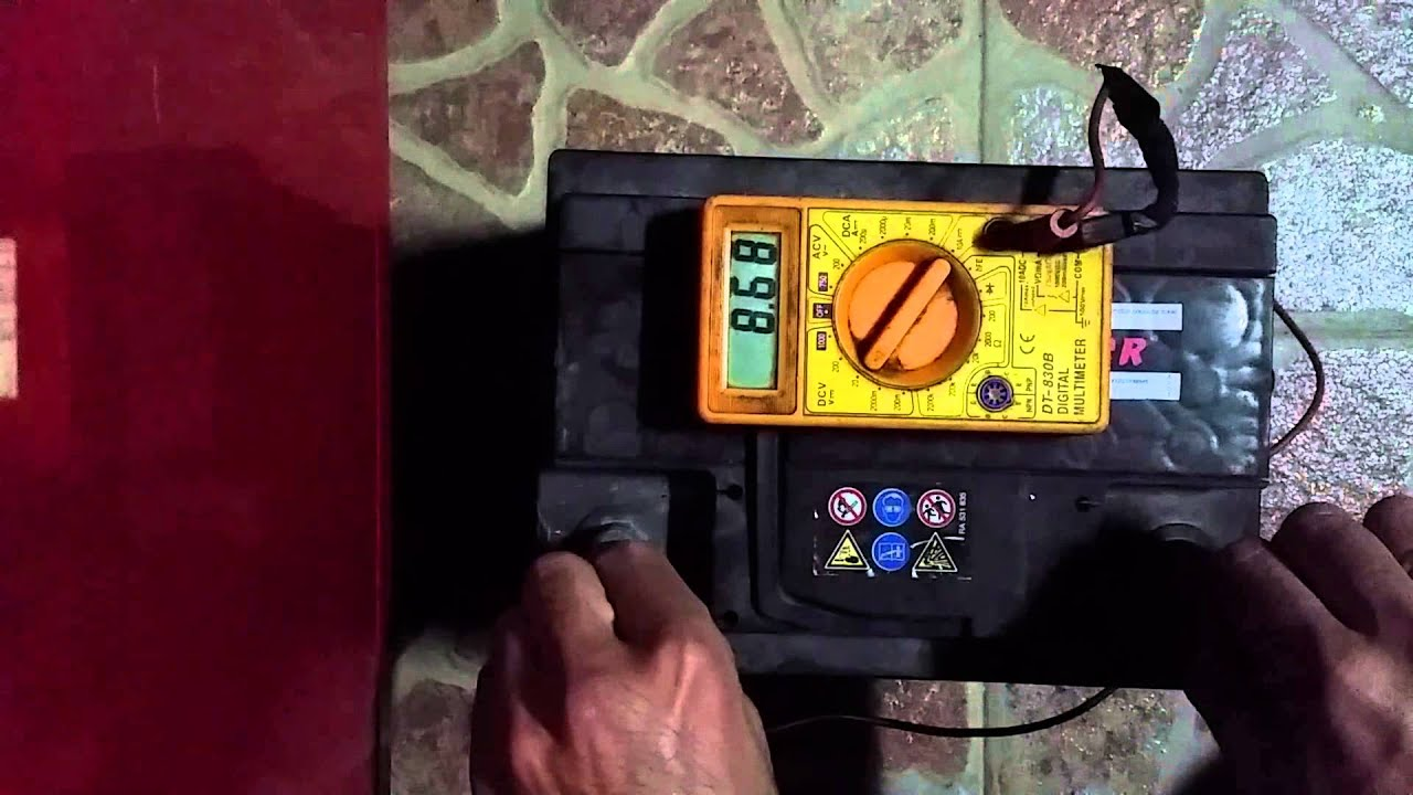 Como comprobar a carga da batería no meu coche