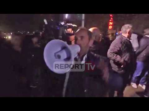 Report TV - Shoferi humbet durimin dhe futet me shpejtësi mes protestuesve te Unaza e Re