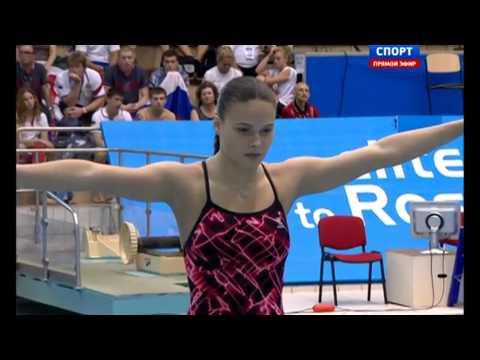 94% Девушка прыгает с вышки (с трамплина) в воду, сгруппировавшись