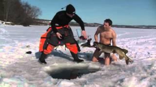 Ловля щуки в проруби руками - зимняя рыбалка видео