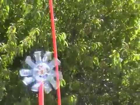 Molinillo para huerto espantap jaros y topos youtube for Como hacer molinos de viento para el jardin
