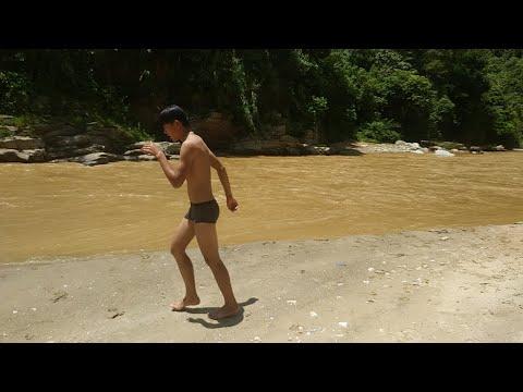 Vàng Phô phát hiện các em của mình đi tắm suối với nước đục Bẩn /Vàng Phô vlog