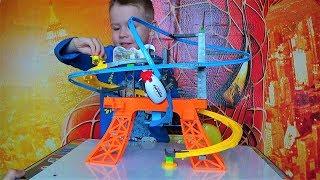 Макс открывает игрушки для мальчиков - трек и дирижабль - видео про игрушки для детей