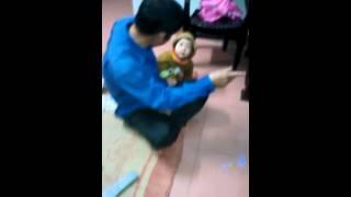 Bé zai Mai Anh Bảo gần 1 tuổi biết lấy tăm cho ông