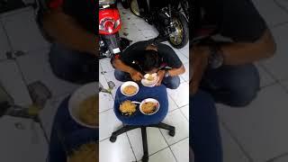 Makan mie instan super cepat