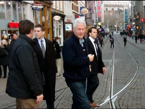 Bill Clinton in de Kalverstraat in Amsterdam.