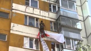Промышленный альпинист при поддержке полиции срезает банеры(, 2013-06-18T13:25:04.000Z)