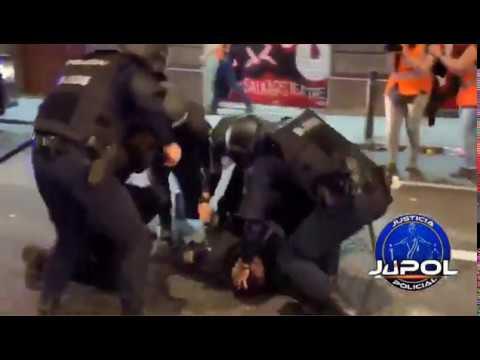 VÍDEO. Un grupo de axentes socorre a un policía de Vigo durante os disturbios de Barcelona
