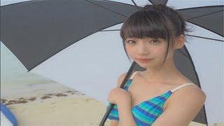 """12月26日、人気アイドルグループ・NGT48の""""おぎゆか""""こと荻野由佳が、水着ショットを自身のインスタグラムにアップ。大きなパラソルを手に持ったレースクイーン風の ..."""