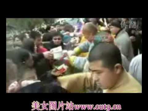 【拍客】河南少林寺腊八节免费施粥为人民祈福.wmv