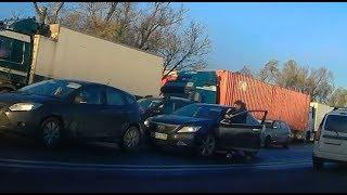 Драка водителей на Московском шоссе. Битва, как способ выяснить кто король дороги.
