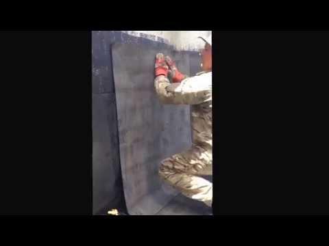 Снятие старой шпаклевки и глянца с бетонной стены