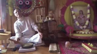 90 Canto de mantras en el templo de Govardhan (sankirtan) - Asociación Radha Kunda