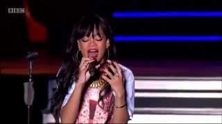Repeat youtube video Rihanna performing Love The Way You Lie (pt. 2) live at Hackney music festival
