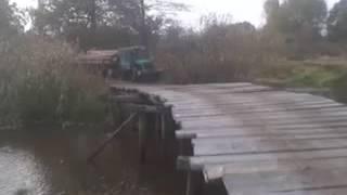 Трактор через деревянный мост с грузом экстрим