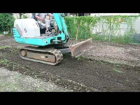 ユンボで雑草を一掃しながら整地 鈴吉自販